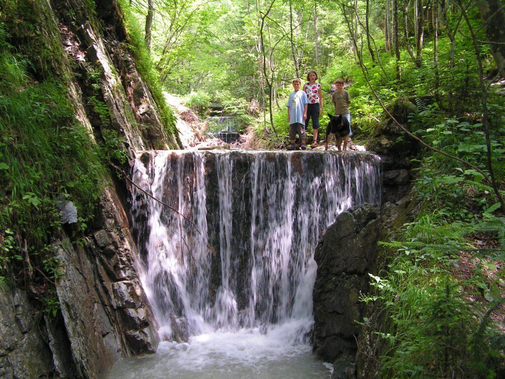 Kinder an einem der Wasserfälle des Hammerergrabens in Oberwössen